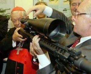 Obispo aprendiendo el manejo de su fusil
