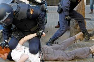 Carga policial contra manifestantes con gafas