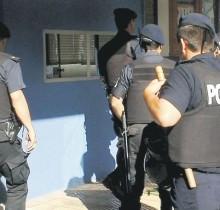 Policías entrando a un banco