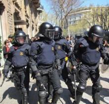 El Gobierno eximirá a la policía de aporrearse en sus propios desahucios