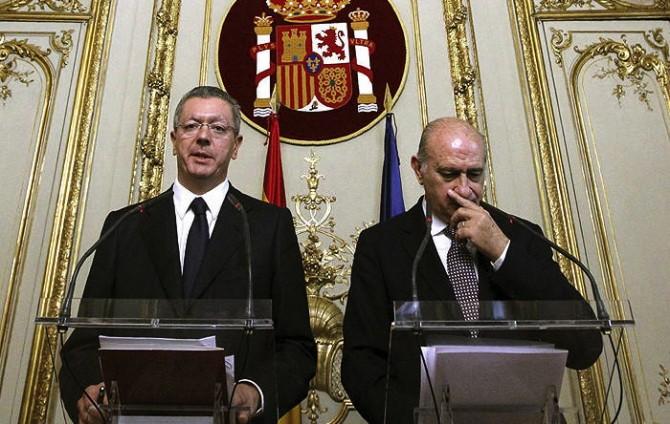 Fumar al lado de la bandera de España se multará con 185.000 euros