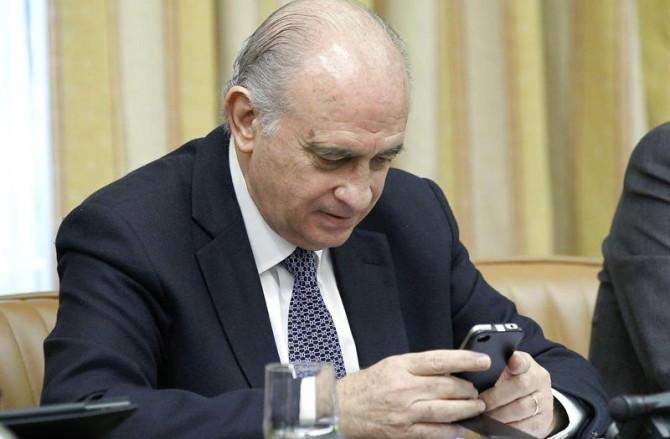 El ministro del Interior podrá fracturar narices desde su iPhone