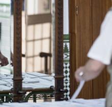 Sorprenden a Víctor D'Hondt metiendo papeletas del PSOE y PP en los sobres de varios colegios