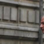 Rodrigo Rato se refugia en los lavabos de la embajada de Suiza