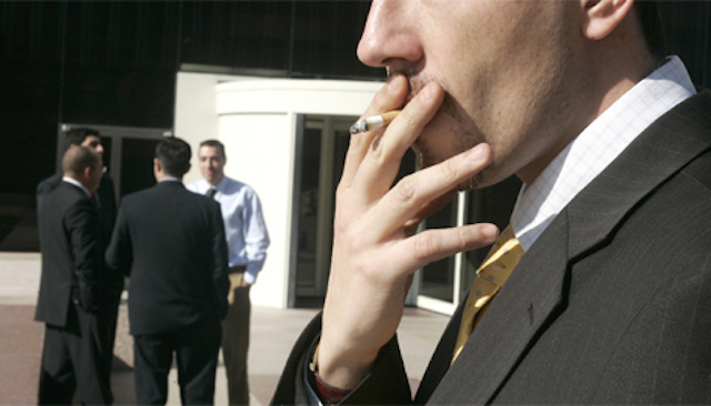 el supremo avala el despido de un empleado que salía a fumar sin