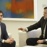 Hallan caspa de Mariano Rajoy en la nariz de Albert Rivera