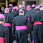 """Los obispos piden a PP y PSOE que """"se pacten ya a los españoles"""", pero sin quitarles la ropa"""