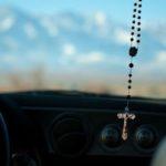 La DGT desmiente que sea obligatorio llevar un rosario colgando del retrovisor para entrar a las autopistas