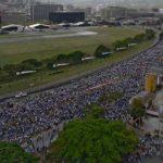 Más de diez mil parados asaltan la autopista AP-8 para ser rescatados también